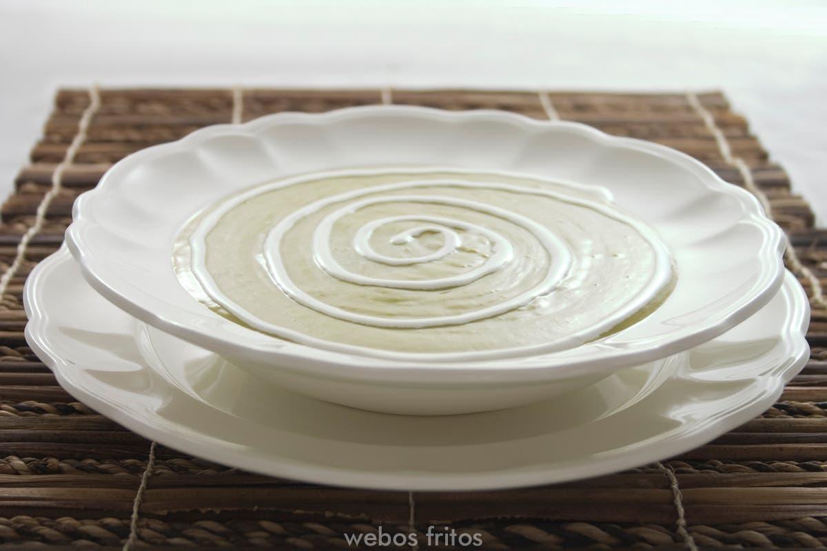 Espiral de nata sobre la crema de espárragos
