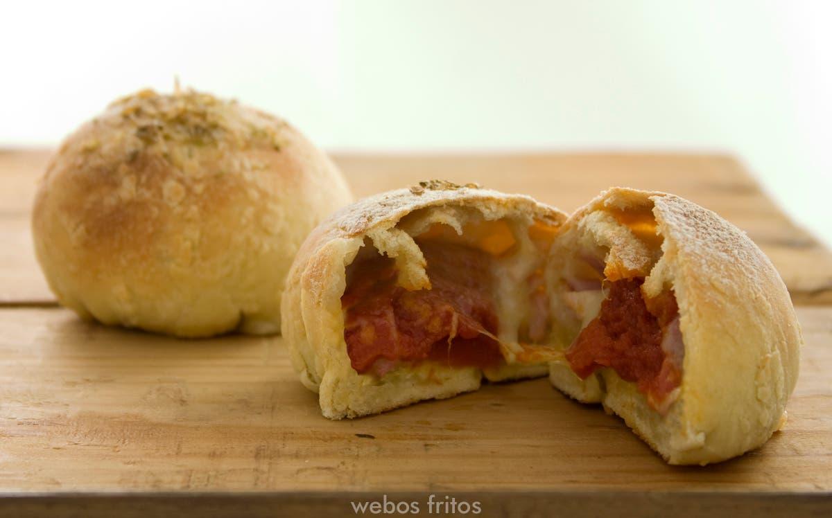 Minipizzas rellenas de tomate, beicon y mozzarella