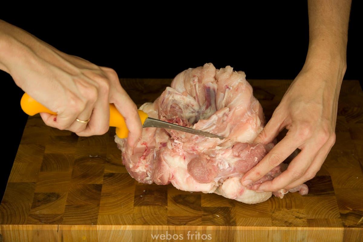 Seguir bajando la camiseta quitando con el cuchillo las uniones de carne al hueso con la punta del cuchillo