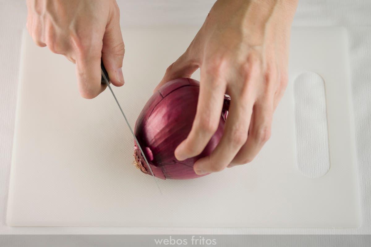 Centro de mesa de Navidad con cebollas: cortar la base