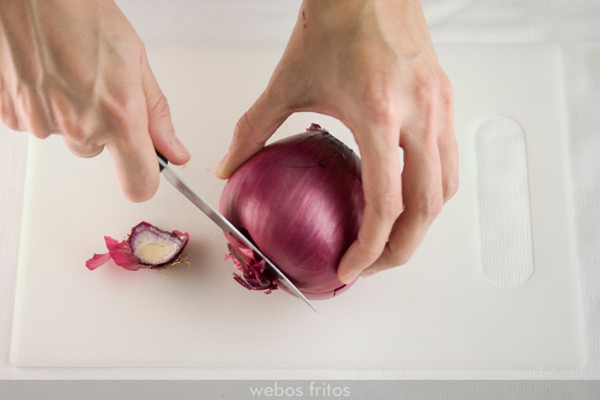 Centro de mesa de Navidad con cebollas: cortar un poco el otro extremo