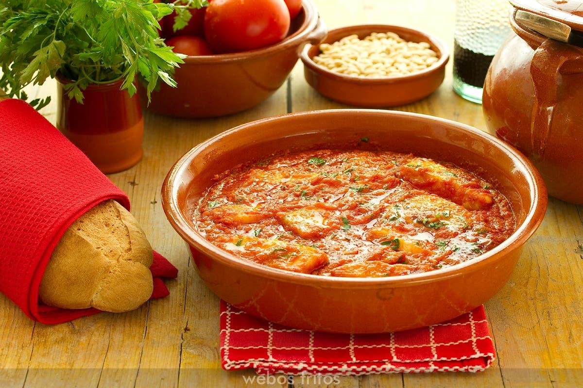 Palometa en salsa de tomate y piñones