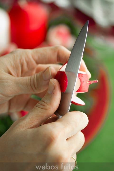 Cortando un rabanito para el centro de Navidad