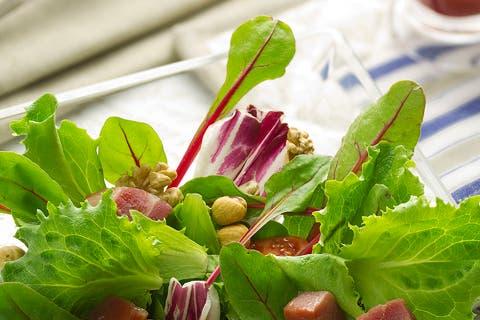 Ensalada de brotes, frutos secos y jamón