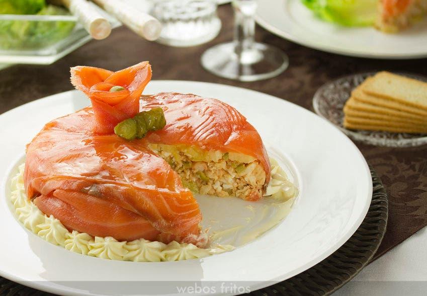 Corte de la tarta de merluza y salmón