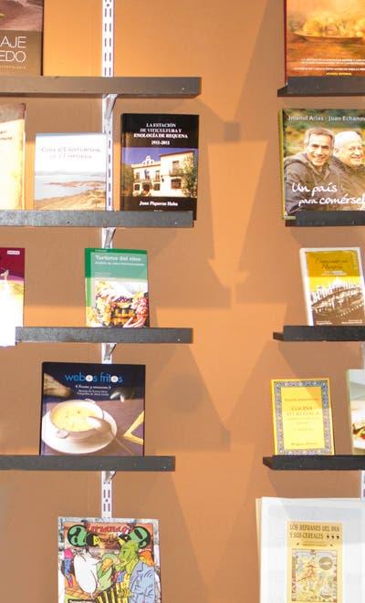 Nuestro libro junto a otros participantes