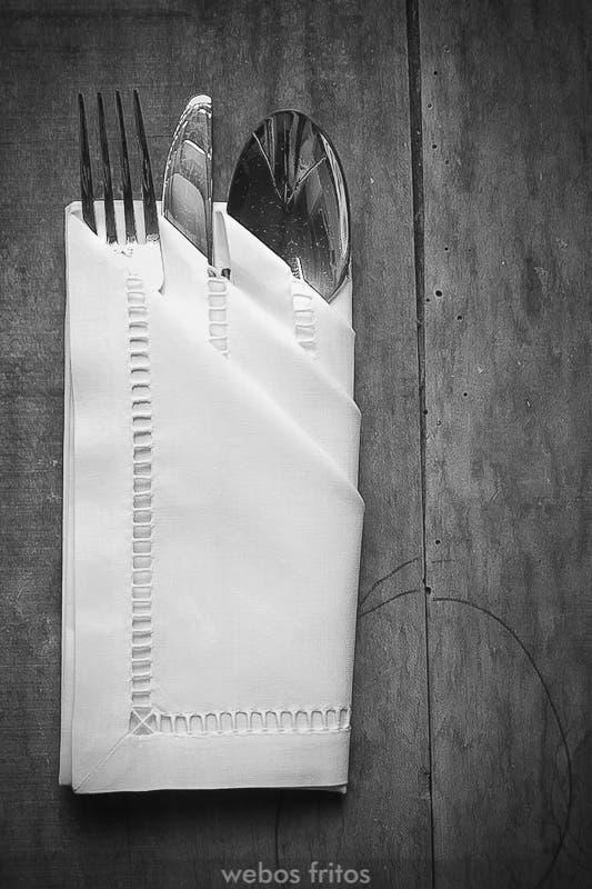 C mo presentar los cubiertos con una servilleta webos fritos for Como colocar los cubiertos en la mesa