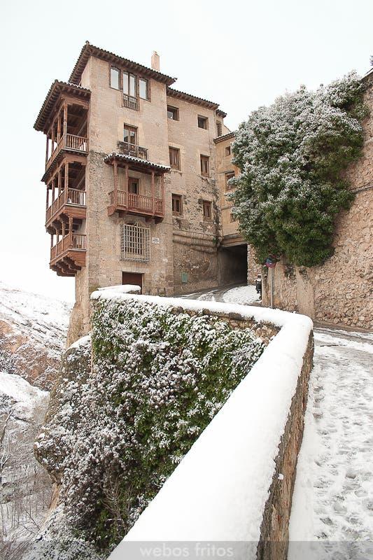 Casas colgadas nevadas