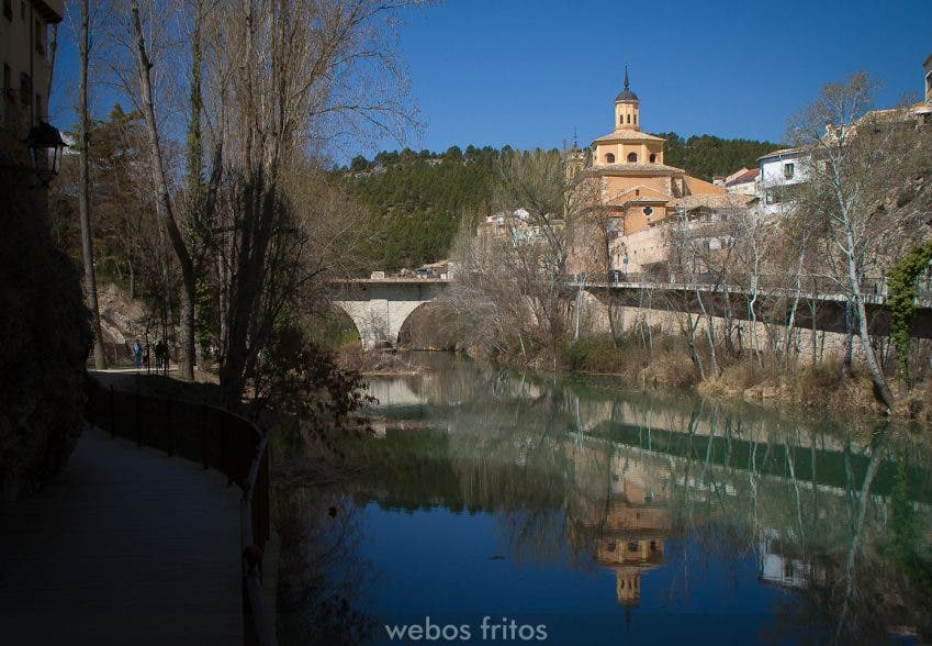 Iglesia de la Virgen de Luz y el puente de San Antón sobre el Júcar