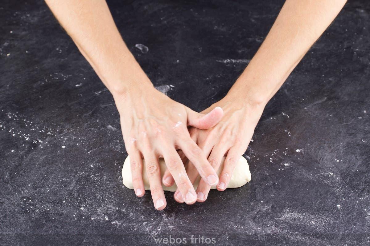 Coloca las manos en forma de uve doble sobre la masa