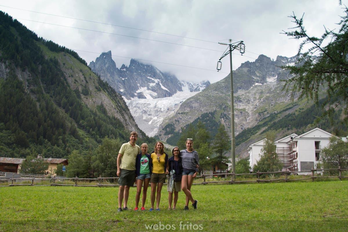 El equipo al pie del Montblanc