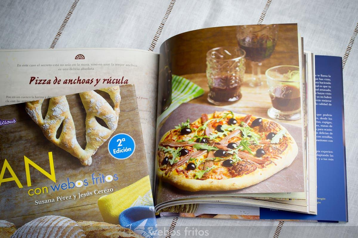 Pizza de anchoas y rúcula en Pan con webos fritos