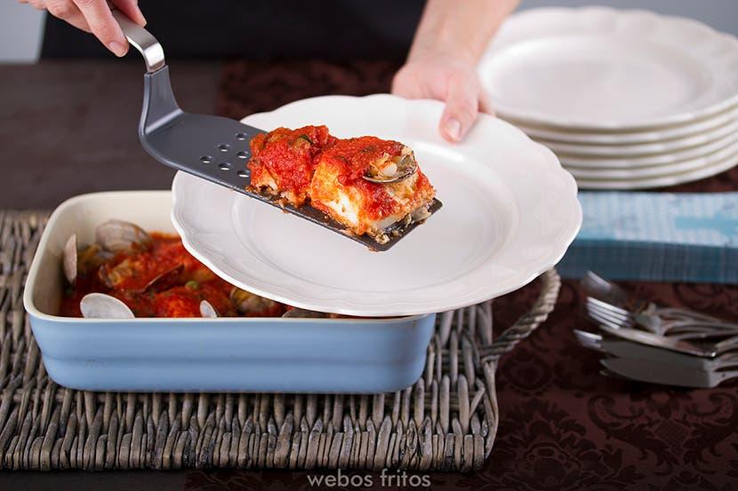 Merluza con tomate y almejas