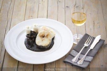 Merluza con salsa de calamares en su tinta