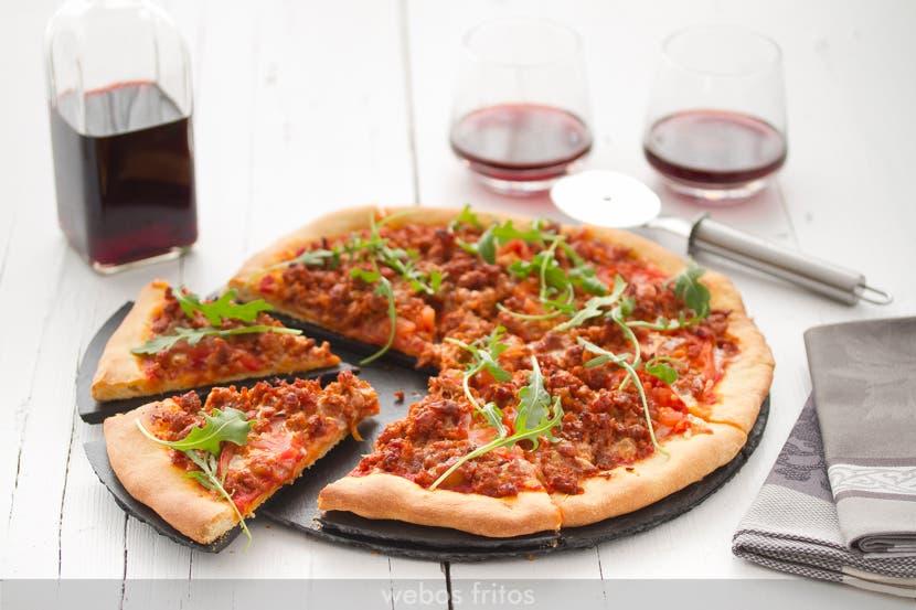Pizza de picadillo, tomate y rúcula
