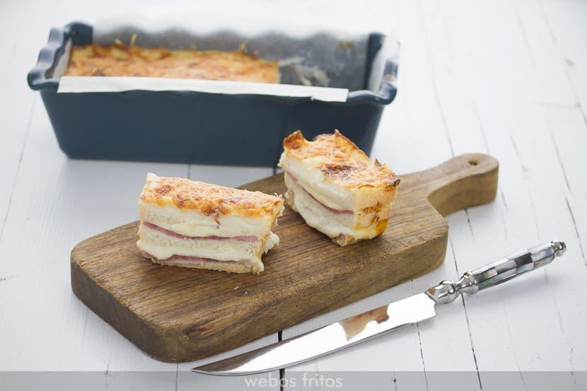 Porcion de croque-cake de jamon y queso