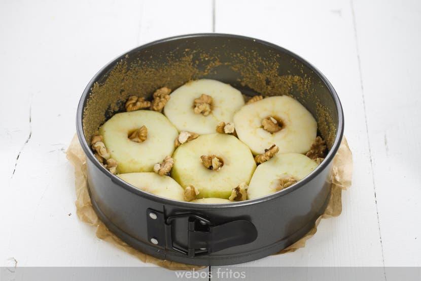 El fondo del bizcocho al revés de manzana y nueces