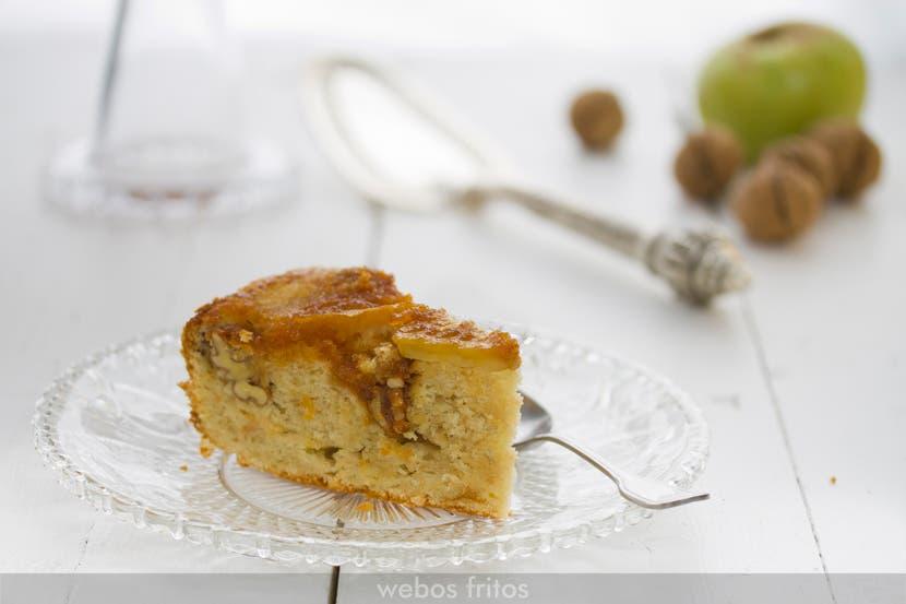 Una porción del bizcocho al revés de manzana y nueces