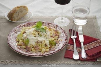 Fetuccini con coles de Bruselas y beicon