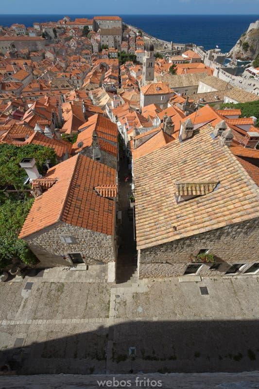 Una de las callejuelas empinadas perpendiculares a Stradun
