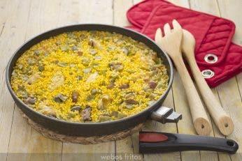 Arroz con pollo y verduras en sartén