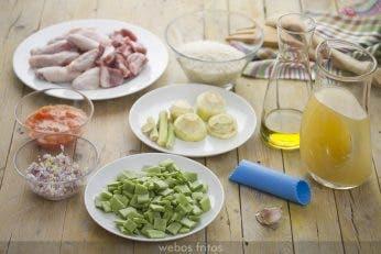 Ingredientes para el arroz con pollo y verduras en sartén