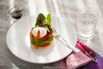 Timbal de aguacate y huevo mollet