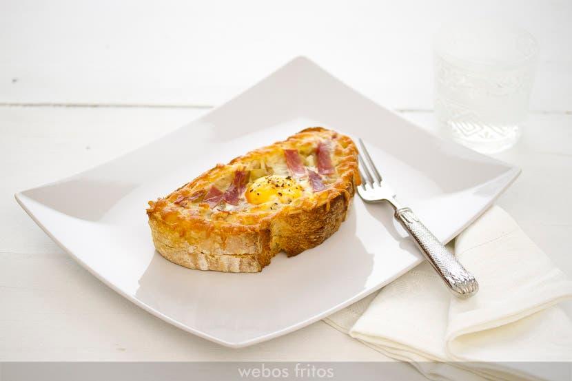 Tosta de huevo y cebolla caramelizada