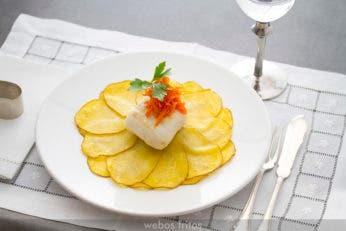 Merluza sobre flor de patata rellena