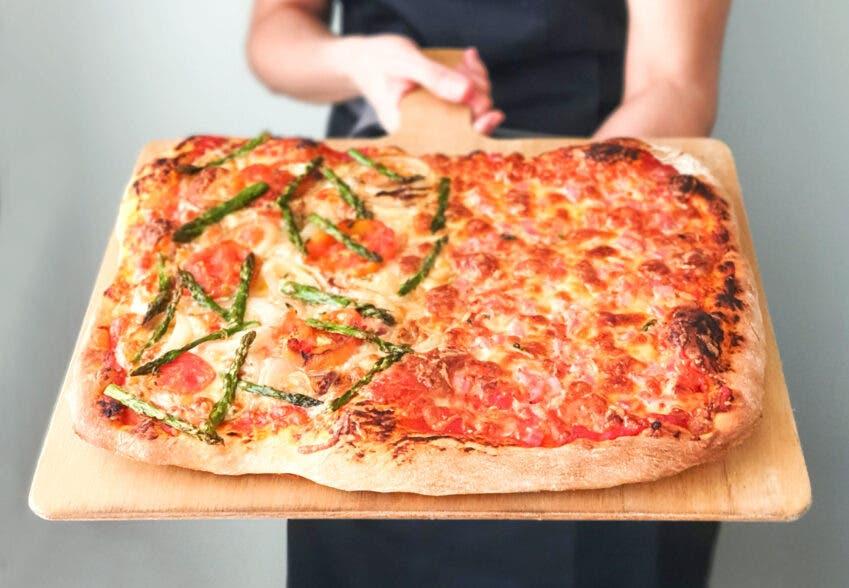 Pizza de verduras y lacón y queso