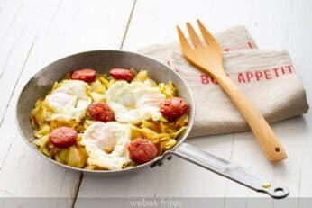 Sartén de patatas, huevos y longaniza fresca