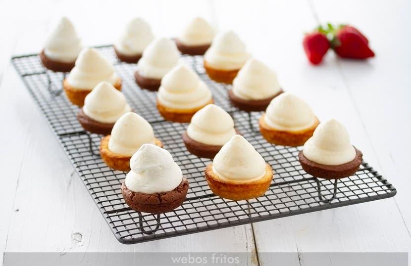 Rellenando de crema madame las tartaletas