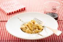 Gnocchi con salsa de nata y nueces